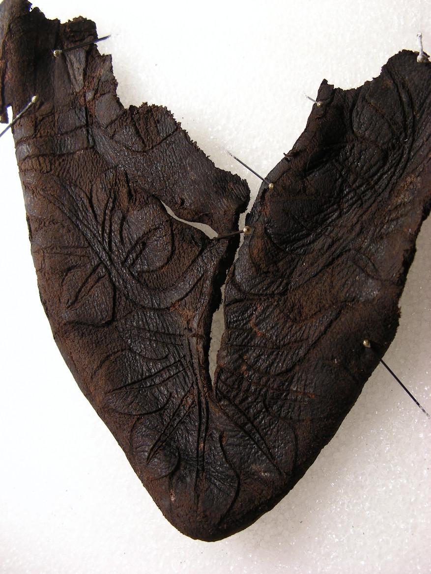 Fig. 1 Fragment d'une bottine en cuir datant de la 2ème moitié du XIVe siècle. Photo Marquita Volken / Gentle Craft